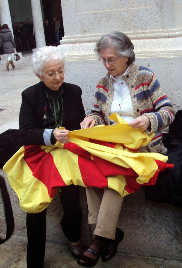 Helia González Beltarán, passatgera supervivent núm. 2.277 del Stanbrook, i Iris-Abril Figuerola Pujol, qui és depositària d'una senyera confeccionada a l'Orania per republicans catalans als camps de concentració.