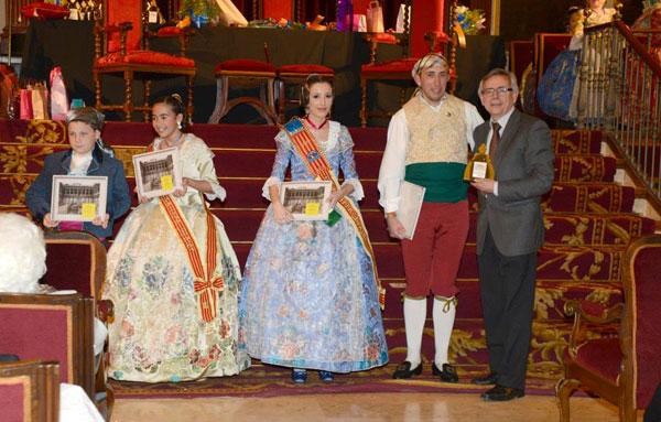 La presentació de la falla amb el vicerector Antoni Ariño.