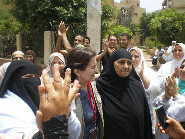 La professora de la Universitat de València Lola Bañon amb dones egípcies en un col·legi electoral.