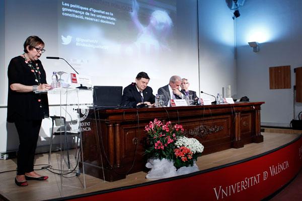 Carmen Tomás, directora de la Unitat d'Igualtat de la Universitat de València, en un moment de la Trobada d'Unitats i Organismes d'Igualtat de les Universitats Públiques Espanyoles que s'ha celebrat a la Universitat.