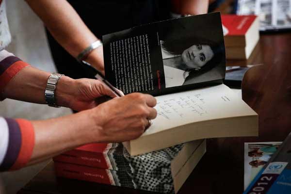 La periodista Lola Bañón firma exemplars del seu llibre Palestinos.