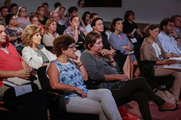 Públic assistent a la presentació de l'informe sobre la violència de gènere a la Unió Europea.