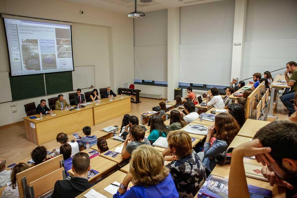 Un moment de la conferència Reptes per al patrimoni en el món contemporani: l'exemple francés, a la Facultat de Geografia i Història.