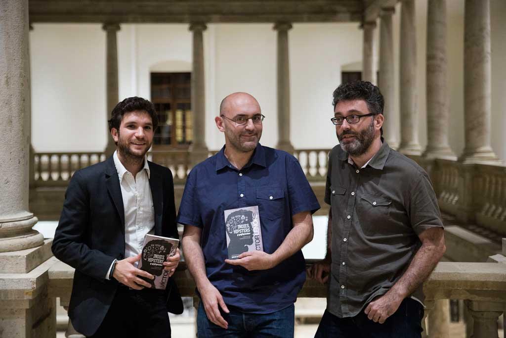 Daniel González, delegat del Rector per a Estudiants; Víctor Lenore; i el periodista Eduardo Guillot, aquest dimarts al Centre Cultural La Nau.