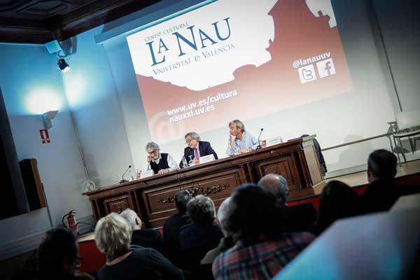 El vicerector de Cultura i Igualtat de la Universitat, Antonio Ariño, en la presentació del debat amb Ignacio Carrión i Enric González. Foto: Miguel Lorenzo.