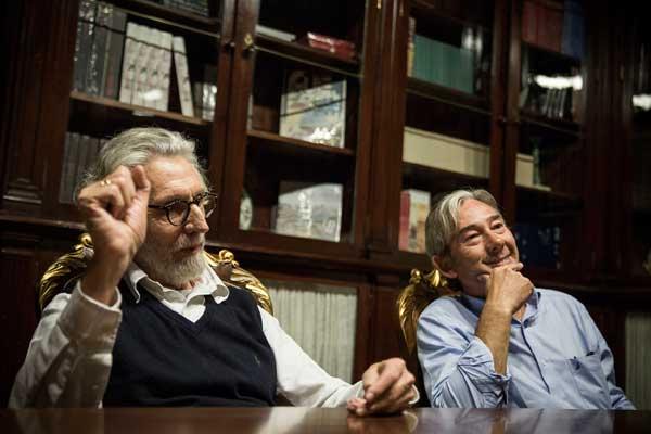 Els dos periodistes, ja jubilats, del diari El País, moments abans de la taula redona Escriptura contra temps i marea. Foto: Miiguel Lorenzo.