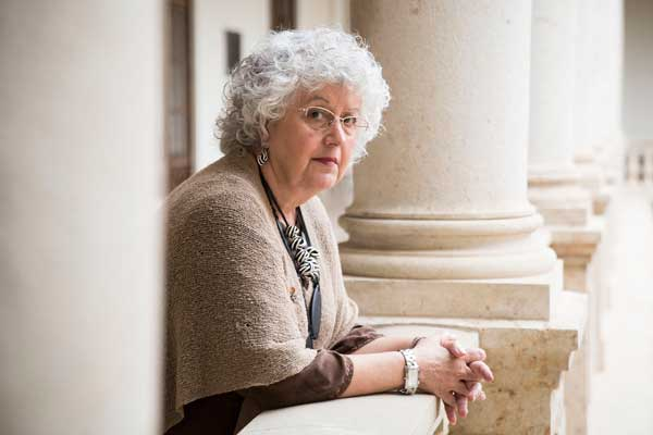 Teresa Freixes, catedràtica de Dret Constitucional de la Universitat Autònoma de Barcelona, a l'edifici històric de la Nau de la Universitat de València. Foto: Miguel Lorenzo.