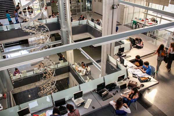 Biblioteca de Ciències, al Campus de Burjassot-Paterna; i sobre estes línies, Biblioteca de Socials, al campus de Tarongers de la Universitat de València.