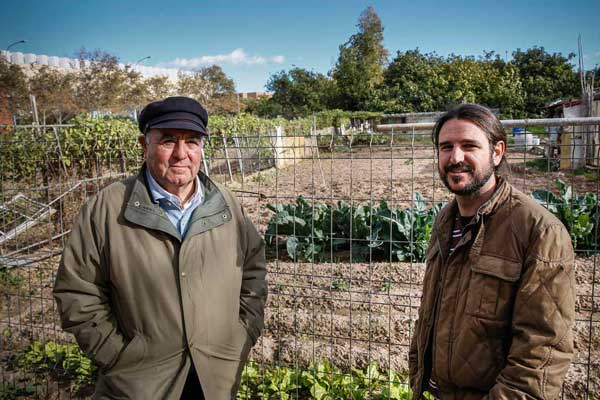 Els professors de Magisteri Ignacio García i Javier García, promotors de la creació d'horts urbans universitaris amb usos didàctics. Ignacio García (dreta) és una de les persones més actives en la protecció de l'horta dins la Universitat de València.