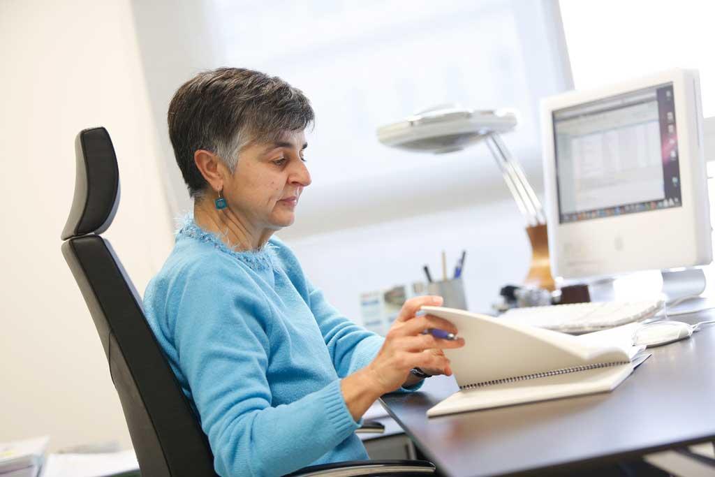 Elena Grau, en el despatx de la Sindicatura de Greuges de la Universitat de València.