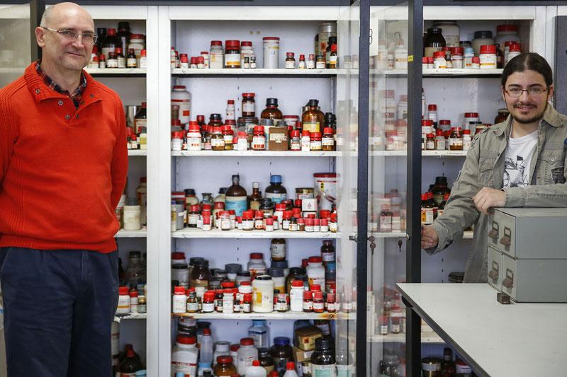 Salvador Gil, catedràtic de Química, i Àlvar Martínez, estudiant del Màster en Nanociència, són els autors del projecte Implementació d'un sistema centralitzat per al subministrament i recuperació de productes químics per als laboratoris d'investigació de la Universitat de València, premiat en el concurs de la Universitat Green Idea.