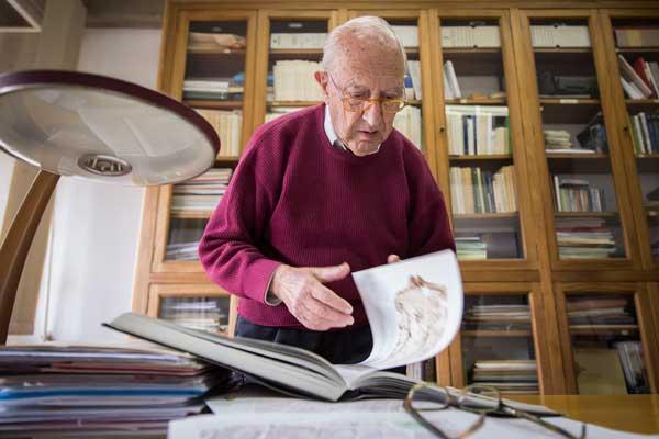 Vicenç Rosselló, en el seu despatx de la Facultat de Geografia i Història. Foto: Miguel Lorenzo