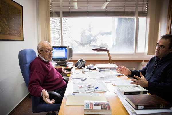 Un moment de l'entrevista amb el professor honorari Vicenç Rosselló. Foto: Miguel Lorenzo