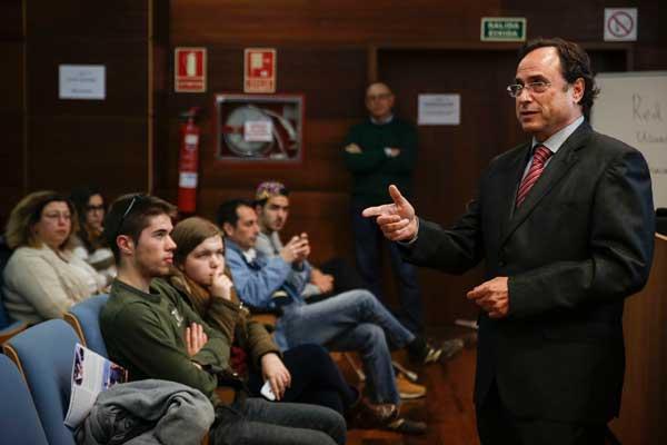 El degà de la Facultat d'Economia, Vicent Soler, en el Concurs Finance-Challenge de la Universitat de València.