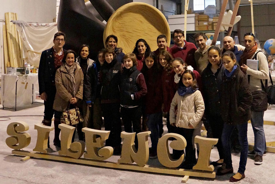 Comissió de la Falla Universitat Vella-Plaça del Patriarca, amb el monument faller.