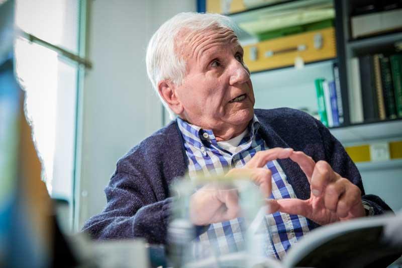 Manuel Costa ha format una generació de docents i investigadors sobre Botànica. La seua contribució científica i de gestió li va valdre la Medalla de la Universitat. Foto: Miguel Lorenzo.