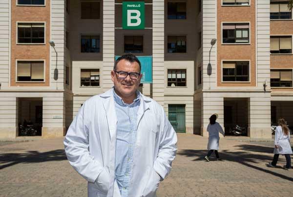 Miquel Àngel Orquín, a l'Hospital General, on fa les últimes pràctiques de la carrera. Foto: Miguel Lorenzo.