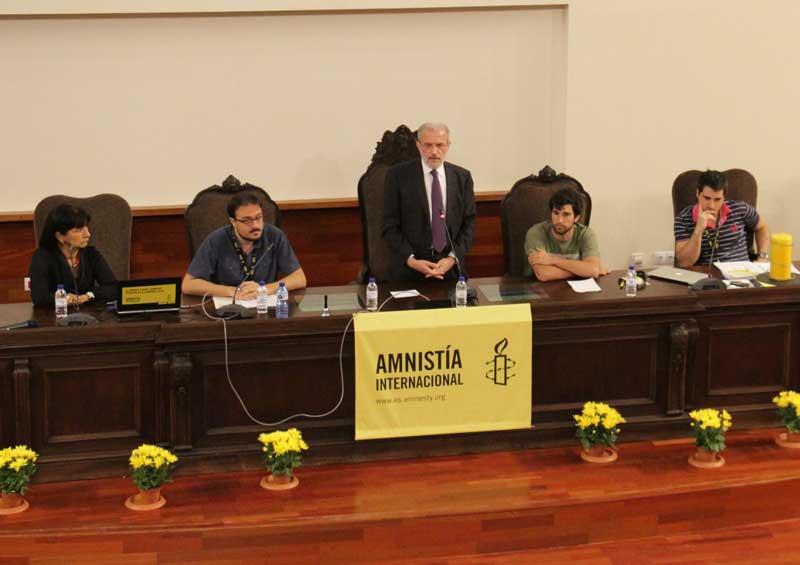 El rector de la Universitat, Esteban Morcillo, va dirigir-se als assistents a l'Assamblea d'Amnistia Internacional reunits a la Facultat de Medicina i Odontologia.