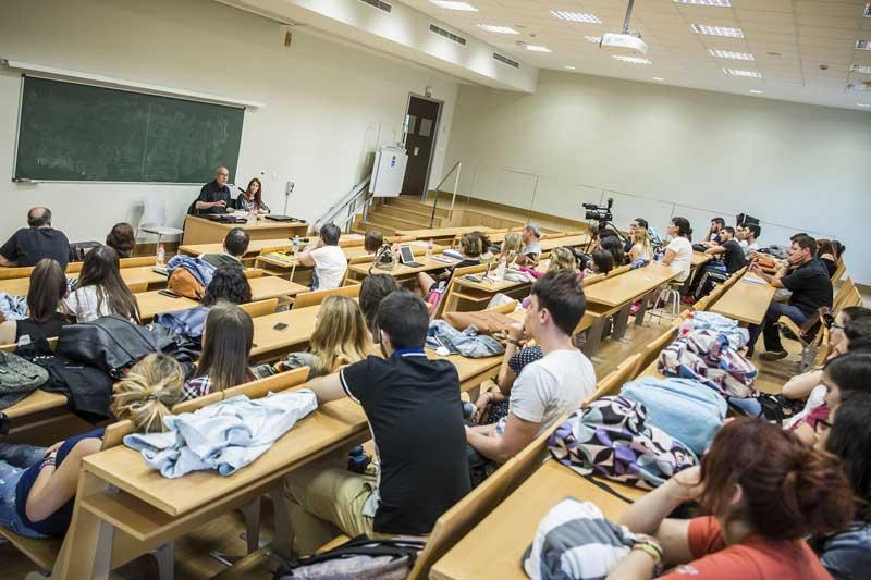 A Andreu Martín li va cridar molt l'atenció com es va disposar l'estudiantat i el públic assistent en la conferència: quasi tot el món a la part de darrere de l'aula. Foto: Miguel Lorenzo.