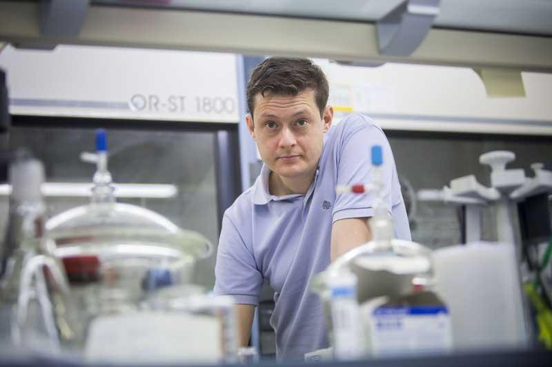 Carlos Martí-Gastaldo ha sigut doblement guardonat enguany amb el Premi Cientificotècnic Ciutat d'Algemesí i com a jove investigador de la Reial Societat Espanyola de Química.  Foto: Miguel Lorenzo.