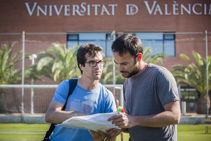 Francesc Gandia (a l'esquerra de la imatge), professor associat del Departament de Didàctica i Organització Escolar de la Universitat de València i educador al Centre de Dia Taleia, amb un altre educador. Foto: Miguel Lorenzo.