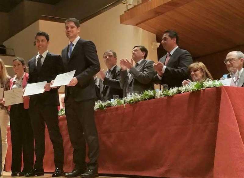 Jorge Villagrasa (primer per la dreta), llicenciat en Economia per la Universitat i Premi Nacional Fi de Carrera 2010-2011, en el moment de rebre el guardó, dimarts 28 d'abril a Madrid.