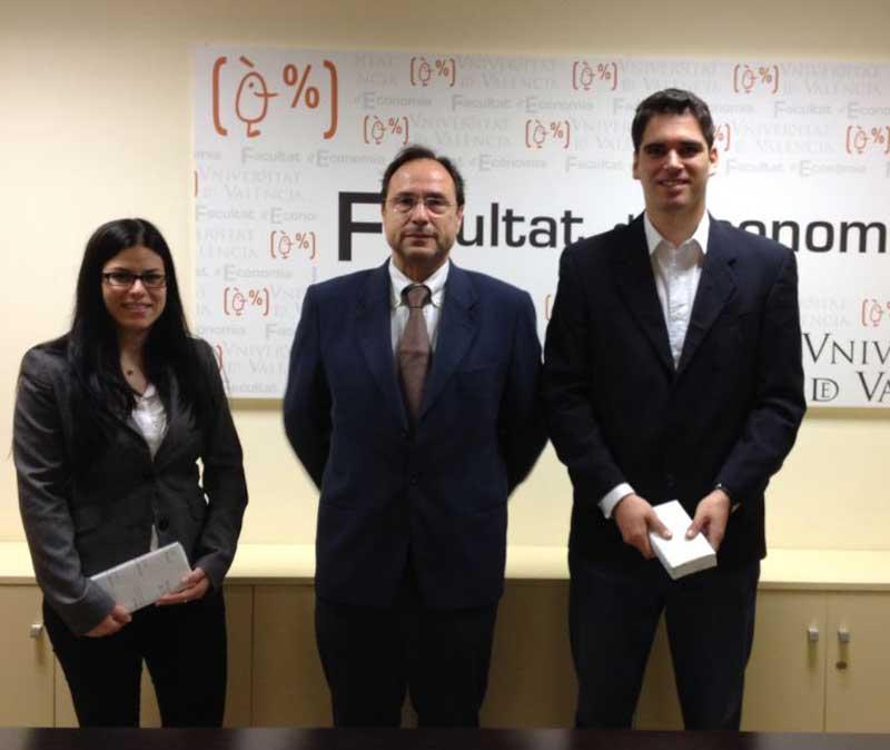 Francisca Díaz, Premi Nacional d'Empresarials, i Jorge Villagrasa, amb el degà de la Facultat d'Economia de la Universitat de València, Vicent Soler.