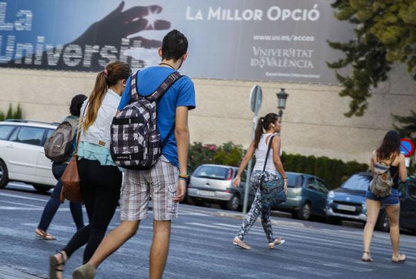 Una gran quantitat d'estudiants de la Universitat acudeix a peu a les aules. Foto: Miguel Lorenzo.