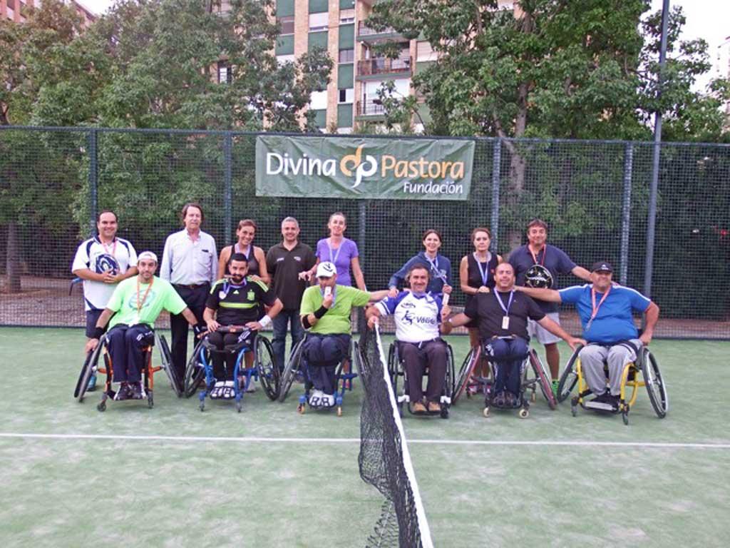 Participants en la tercera edició del Torneig de Pàdel Inclusiu organitzat per la Càtedra Divina Pastora d'Esport Adaptat de la Universitat de València.