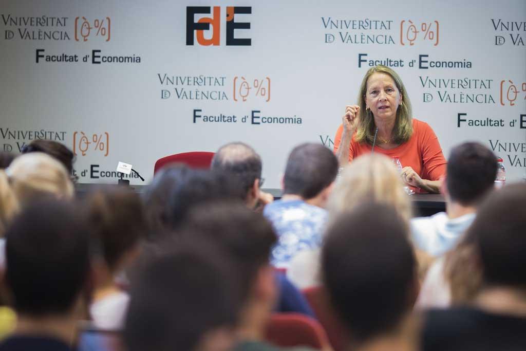 Donna Hicks, professora de Harvard especialitzada en la mediació amb un currículum de més de vint anys d'experiència en conflictes a Orient Mitjà, Colòmbia, Cuba o Irlanda del Nord, durant la seua intervenció a la Facultat d'Economia.