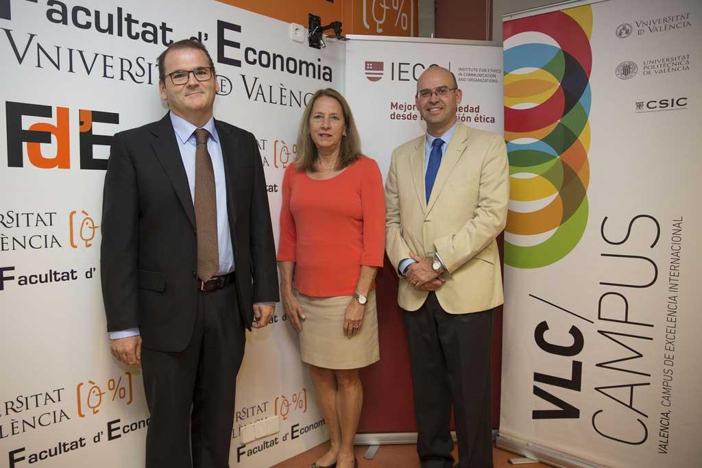 D'esquerra a dreta: José Manuel Pastor, degà de la Facultat d'Economia, Donna Hicks, Manuel Guillén, professor de l'Institut per a l'Ètica en la Comunicació i les Organitzacions (IECO).