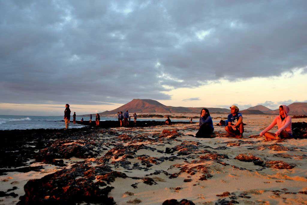 Veient el trenc d'alba a l'illa de Lanzarote.