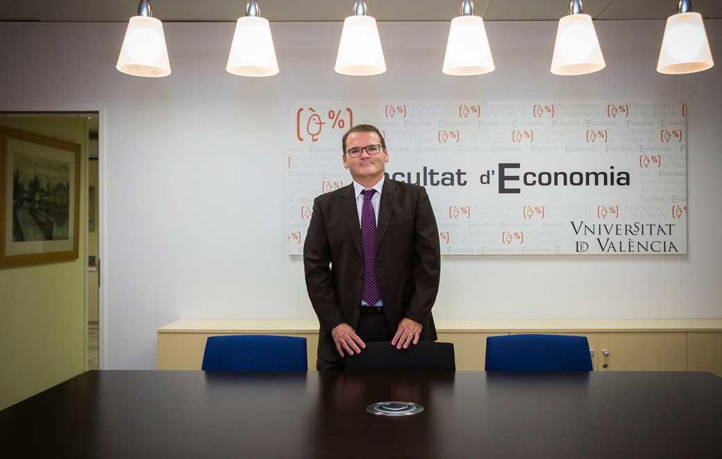El nou degà de la Facultat d'Economia és llicenciat i doctor en Ciències Empresarials per la Universitat, professor titular acreditat per a catedràtic d'Universitat del Departament d'Anàlisi Econòmica i investigador de l'Institut Valencià d'Investigacions Econòmiques (IVIE).