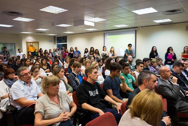 Ponents del col·loqui sobre la Ruta de la Seda a València, a la Facultat d'Economia, aquest dilluns; i públic assistent a l'acte.