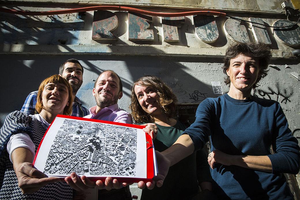 El participants en la ruta mostrant un plànol amb la ubicació dels refugis de la ciutat de València.