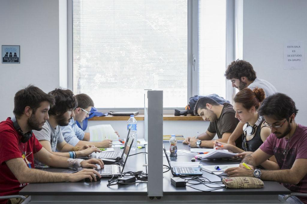 Imatge d'arxiu d'un grup d'estudi en una biblioteca de la Universitat. Foto: Miguel Lorenzo.