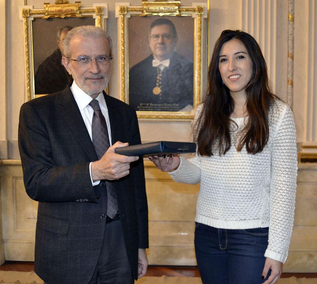 El rector entrega l'Ipad a Laura Martínez.