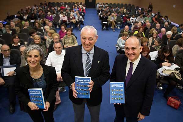 Amparo Pérez Carbonell, Ramón López i Joan Calabuig, amb el llibre sobre la història de La Nau Gran.