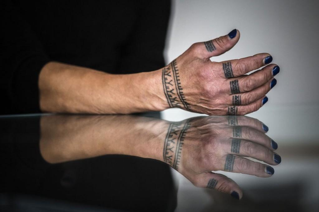 Una imatge de les mans de l'artista inuit Aaju Peter.