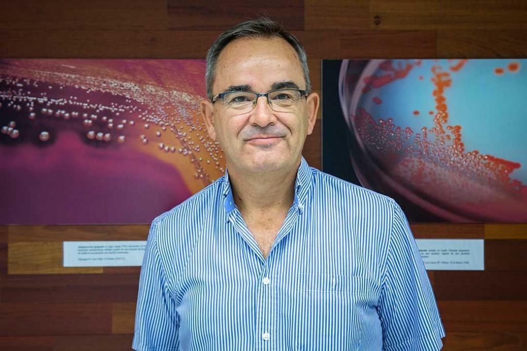 Àngel Ros, comisari de l'exposicio sobre microbologia. Foto: Miguel Lorenzo.