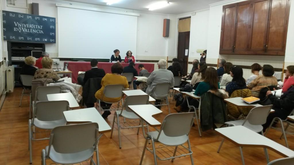 Ester Morant i Carmen Agulló en una xerrada a Ontinyemt.