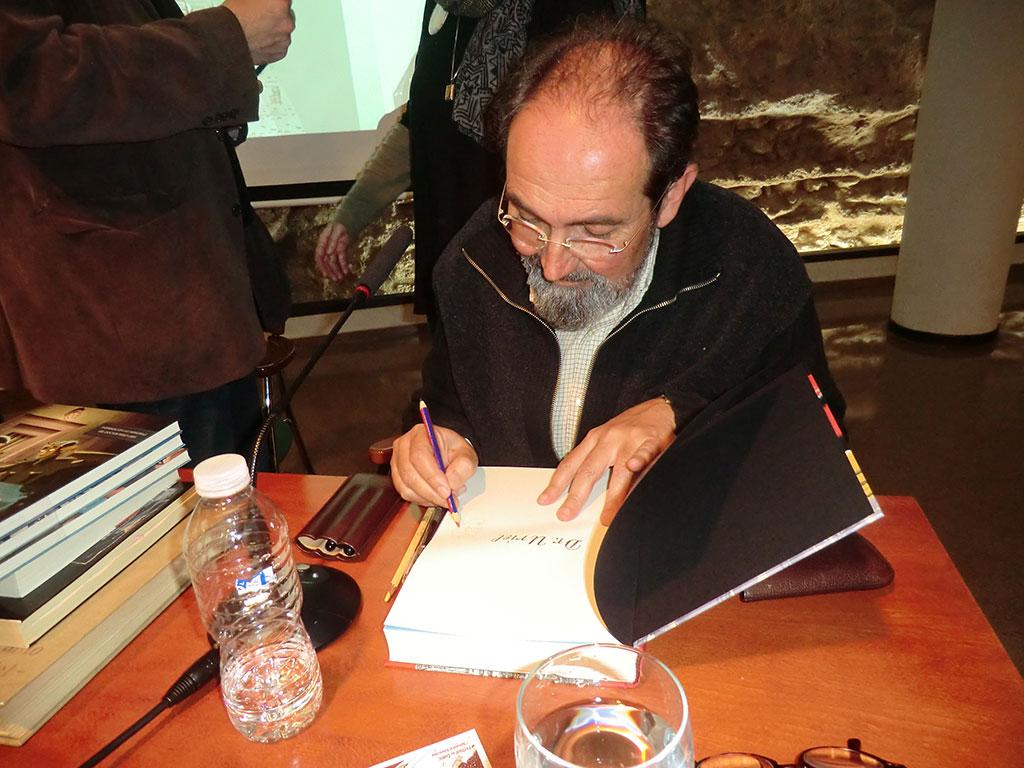 Sento Llobell firmant exemplars del seu llibre Dr. Uriel.