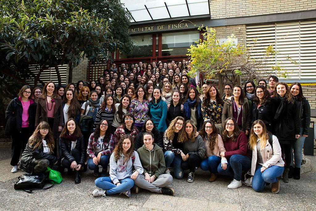 Alumnes, professores i investigadores davant de la Facultat de Física.