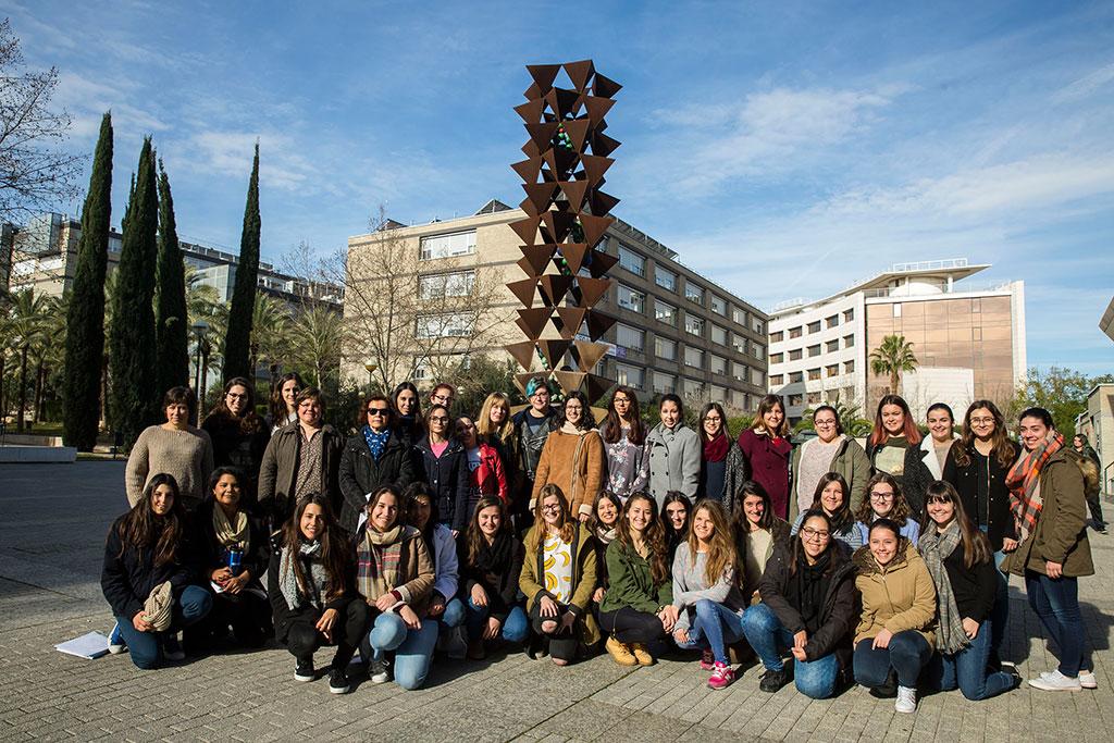 Alumnes, professores i investigadores de la Facultat de Química.