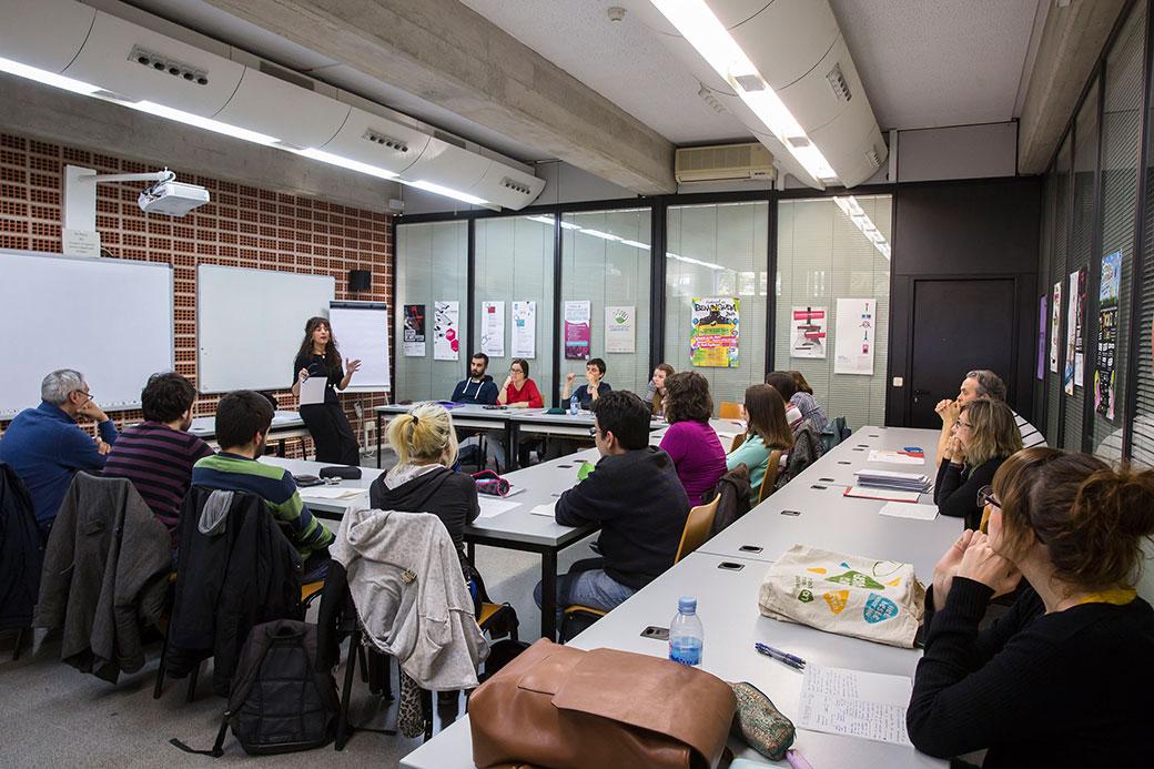 Estudiants durant una classe del taller d'escriptura creativa.